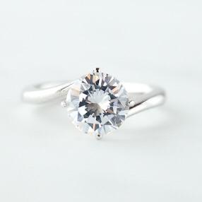 シンプルなダイヤリング。
