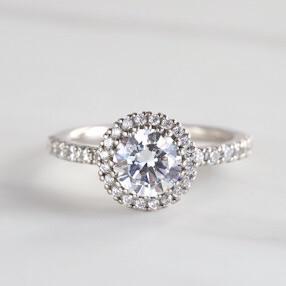 クリスマスのお出かけにいかがですか。ダイヤ取り巻きリング。