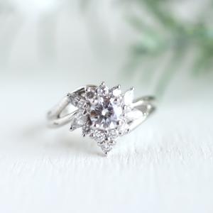 マーキスカットのダイヤで取り巻いたダイヤリング。