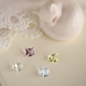 かわいいネコちゃんの形の宝石。