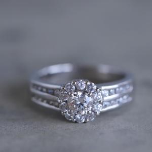華やかに取り巻いたダイヤリングです。