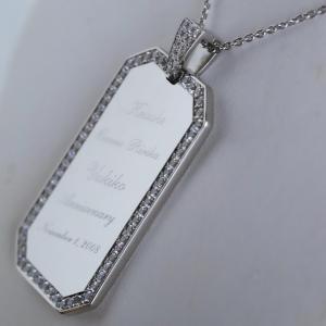 豪華なダイヤたっぷりのプレートネックレス。