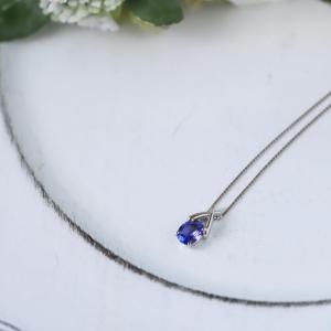 濃いブルーが美しいタンザナイトのネックレス。