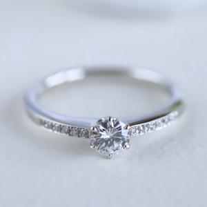 幸せいっぱい婚約指輪でサプライズプロポーズ。