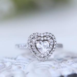 ハートシェイプのダイヤを二重に取り巻いた豪華なリング。