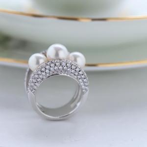 あこや真珠をパヴェセッティングした豪華なリングです。