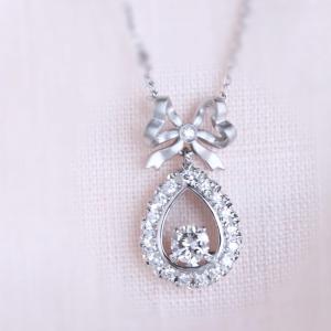 立て爪の婚約指輪をリボンのモチーフのダイヤ取り巻きネックレスにリフォーム。