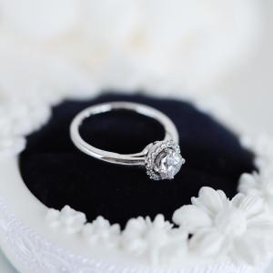 婚約指輪にもいかがですか?ダイヤ取り巻きリングです。