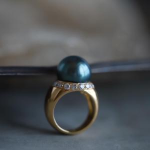 お気に入りの黒真珠の大ぶりなリングです。