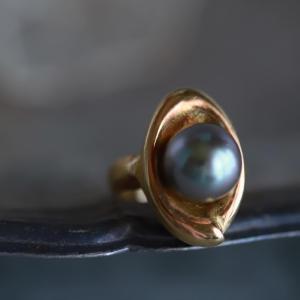 今月6月の誕生石、黒真珠のリング。