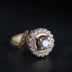 お守りのように身につけているダイヤ取り巻きリングです。