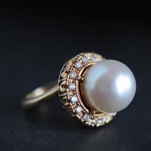 華やかな南洋真珠のダイヤ取り巻きリング。