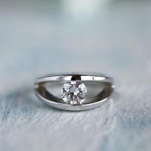 シンプルな着けやすいダイヤリング、お守りジュエリーにいかがですか?