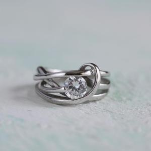 シンプルさと華やかさのあるダイヤリング、お守りジュエリーにもぴったりです。
