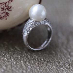 パヴェセッティングが華やかな南洋真珠のリング。
