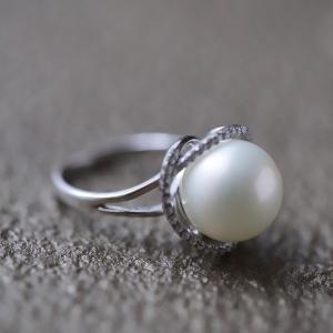 南洋真珠のリングは女性をさらに美しく見せてくれます。