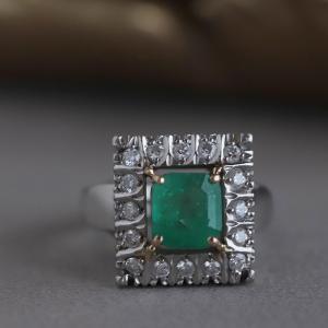 お気に入りのエメラルドのダイヤ取り巻きリングです。