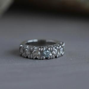 ブルーダイヤを入れた一文字のリング。