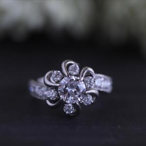 お花のモチーフの華やかなダイヤリングです。