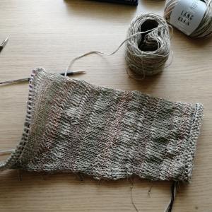 袖から編むプル、左側。
