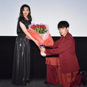 武田梨奈バラの花束に感激「ナポレオンと私」完成披露上映会