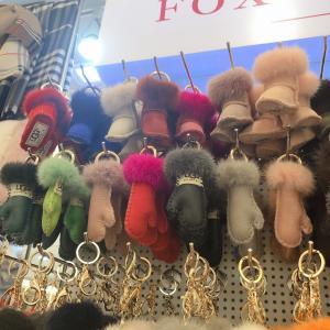 東大門ナイトショッピング この時期は毛皮のチャームがかわいいよね♡
