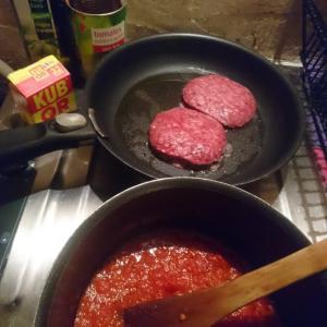 トマト缶とSteak hachéのミートソースパスタ