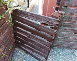 庭のウッドフェンスの修理
