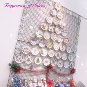 マグカップツリーの次は…圧巻のプレートのクリスマスツリー♪先の展示会での共同作品。。。