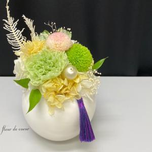 コロンとした花器で仏花アレンジ