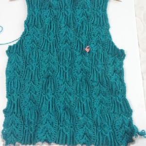 ディープエメラルドグリーンのセーター3とステンドグラスランプ1