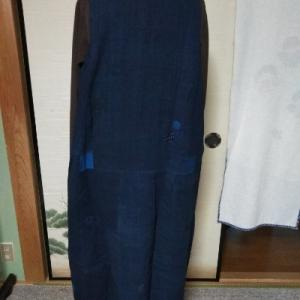 藍のジャンバースカートを試着