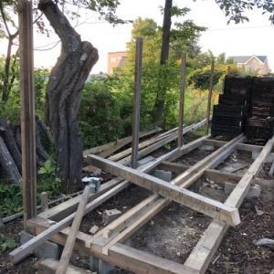 野菜コンテナを使った薪棚を作り始めました・・その2
