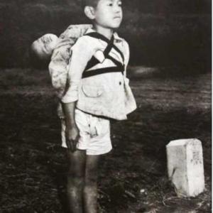 写真と文章「行列に並ぶ少年」