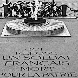 無名戦士は2度死ぬ/エトワール凱旋門下の無名戦士の墓から無数の無名戦士たちがよみがった夜、世界中の永遠の炎が消えた。