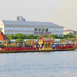 チャオプラヤ川でタイ王室御座船水上パレード