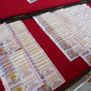 宝くじで9000万バーツ タイ女性、パラグライダーで現金まく