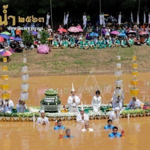 仏像抱き川の中に タイ北部ペチャブンで伝統行事