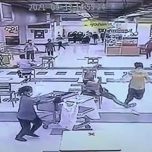 オジサンのナイスプレーで走る強盗JKを捕獲
