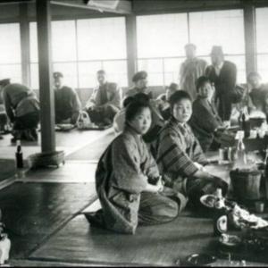 松山でビールを飲みながら接待されるロシア人。日露戦争時のロシア人捕虜のみなさん