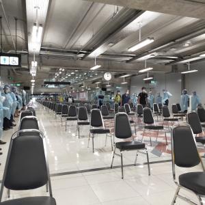 タイ到着。つくやいなや大量の医療スタッフが待ち構える厳戒態勢。絶対に感染者を入れないという気合を感じる。。。