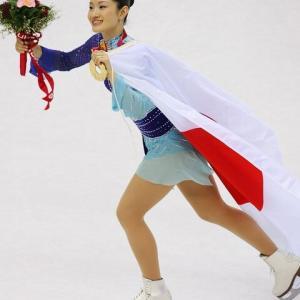 フジテレビ表彰式を放送しなかったが、荒川静香さんが金メダルを取った時日本国旗を肩にかけてリンクを滑る様子を一切カメラに移さず謎に天井ばかり映していたNHKも