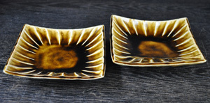 とろける釉調から温もりを感じる四方皿