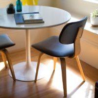 北欧インテリア 曲げ木デザインの椅子で優しい