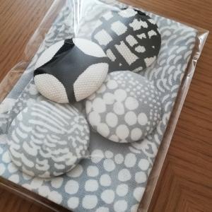 ハミちゃん工房 marimekko端切れで手提げ袋&胡桃ボタンブローチ