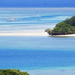 石垣島川平湾の全景と対岸の小島