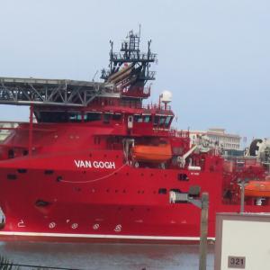 不思議な赤い船が入港してる・・・那覇軍港