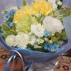 頂いた花束を孫と一緒にアレンジフラワーにしてみました。