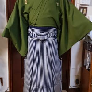 成人式の備えて、娘が紋付き袴の練習です。