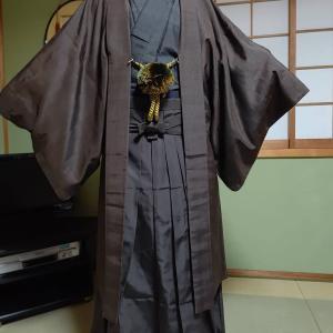 男性の紋付袴の練習を祖父の着物と袴で行いました。